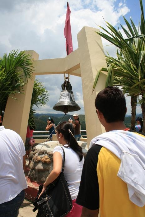 Philippinen: nichts bleibt für die Ewigkeit - Glocke an den Chocolate Hills, Bohol